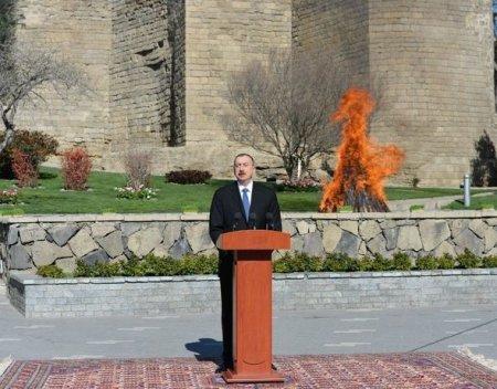 Президент Ильхам Алиев зажег традиционный костер в честь начала празднования Новруза