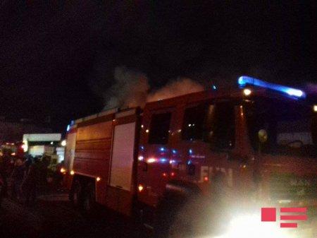 Пожар, вспыхнувший на крупнейшем рынке автозапчастей в Баку, охватил площадь 930 кв.м.