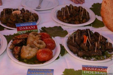 На первом фестивале долмы участвовали кулинары 24 районов Азербайджана и ряда зарубежных стран ,представившие 300 видов долмы